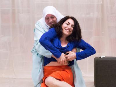 5 fotograaf Cigdem Yüksel Nazmiye Oral (v) met moeder Havva Oral (a)